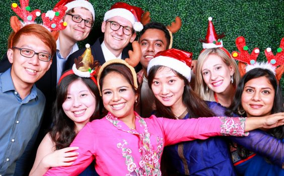 WHAT TO LOOK FOR WHEN HIRING A CORPORATE PHOTO BOOTH SERVICE