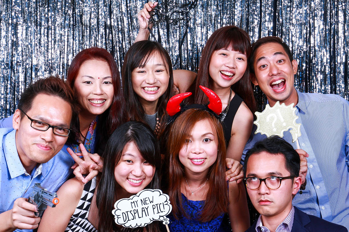 5 WAYS A PHOTO BOOTH CAN BRING IN THE CROWD