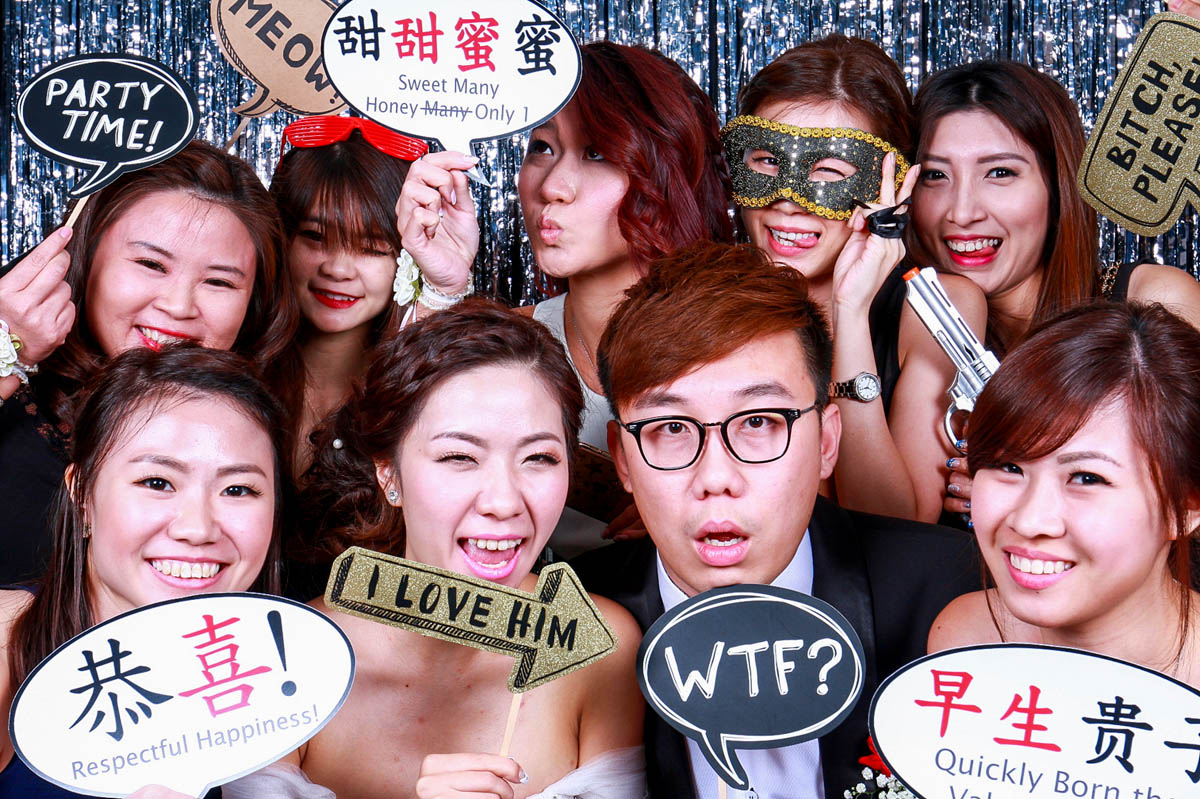 HOW THE BACKDROP OF YOUR PHOTO BOOTH CAN AFFECT THE MOOD AT YOUR WEDDING