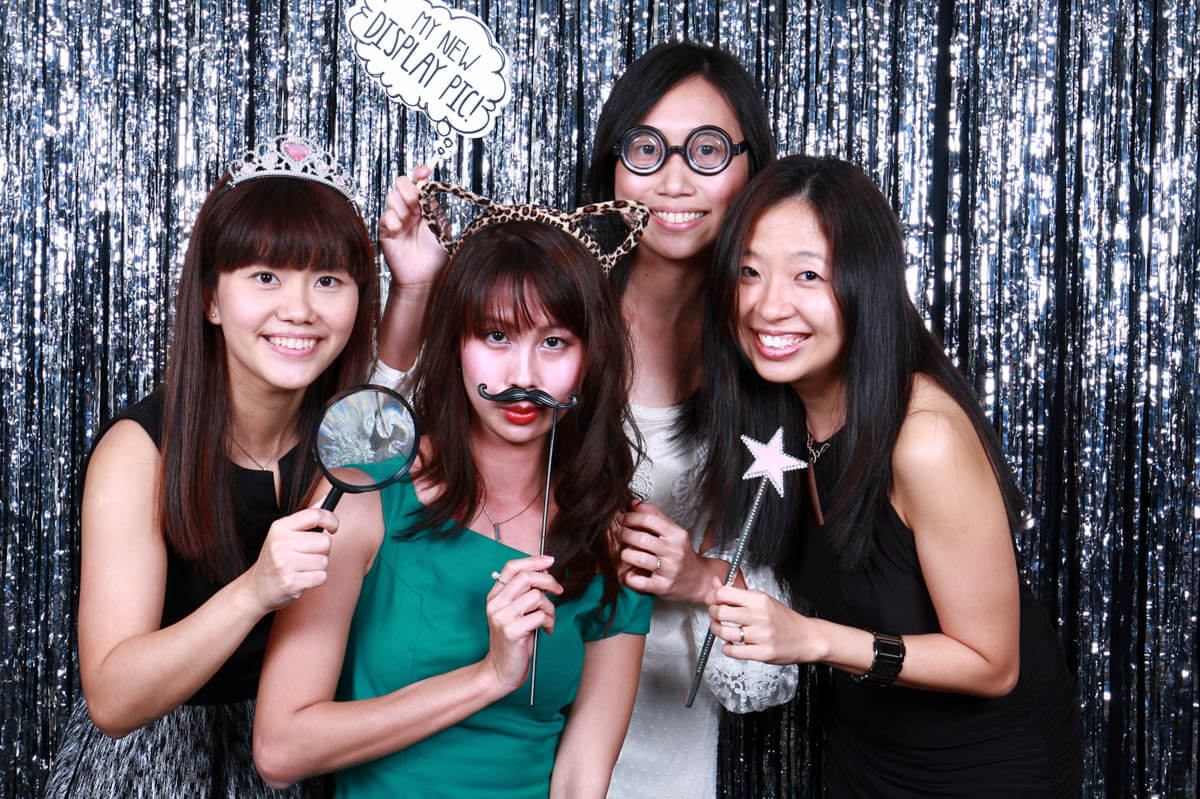 3 WAYS TO HAVE FUN AT ANY PHOTO BOOTH
