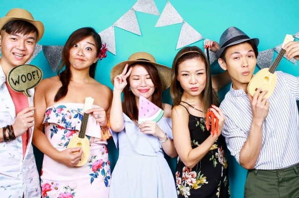 cheap-photo-booth-party-theme